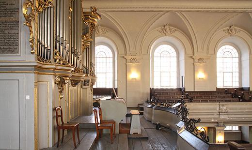 Orgel von Schuke (Potsdam), Musizierfläche Empore, Foto: Evelyn Schetterer (Architekturbüro Abri + Raabe)