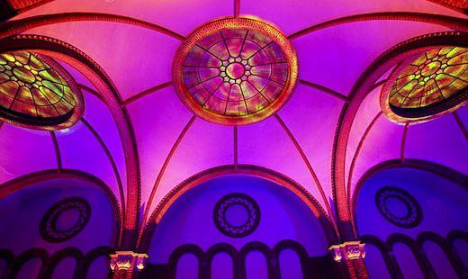 Illuminiertes Deckengewölbe