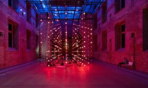 St. Elisabeth-Kirche, Ausstellung Installation AIS³ – [aiskju:b] des Komponisten und Konzeptkünstlers Tim Otto Roth © Rolf Zöllner