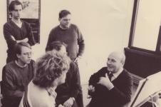 Foto: Hans Werner Henze und seine Kölner Meisterklasse (1985) v.l.n.r.:  Thomas Donecker, Cord Meijering, Stefan Hakenberg, Oliver Trötschel, Detlev Glanert
